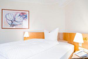 Hotelapartment mit gemütlichem französischem Bett