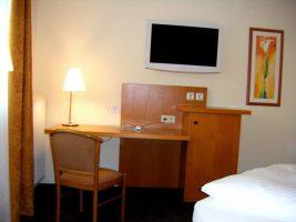 Flatscreen und Schreibtisch in Apartment 12, 16, 26