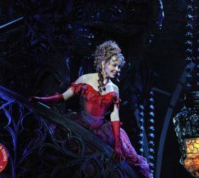 Sarah betritt den Ballsaal groß - Tanz der Vampire Stuttgart - AKZENT Hotel Möhringer Hof